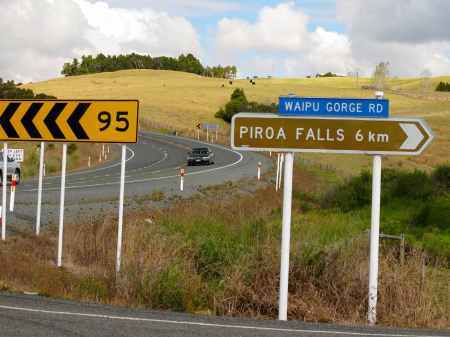 Highway sign for Piroa falls turn-off.